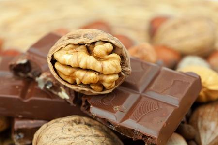 Bar von Schokolade und Nüsse auf einer Korbweide Matte Standard-Bild - 8298816