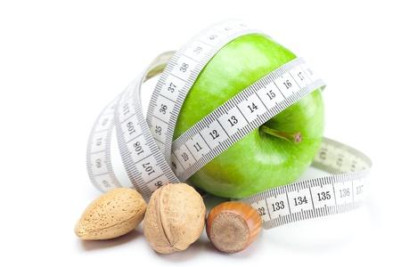Apple, Nüssen und Maßnahme Band isoliert auf weiss Standard-Bild - 9037851