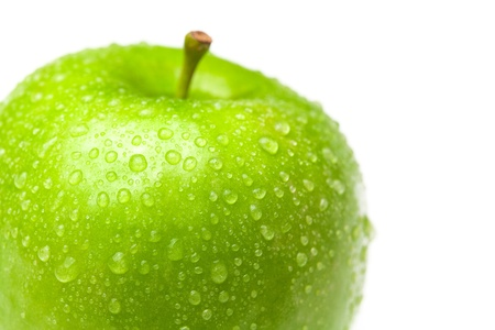manzana verde: Apple con gotas de agua aislados en blanco Foto de archivo