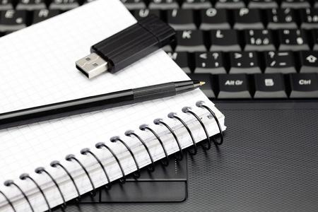 Laptop-Tastatur, Notebook, USB-Stick und ein Bleistift Standard-Bild - 9737553