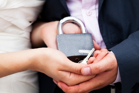 padlock with the chain in the hands of just married Standard-Bild