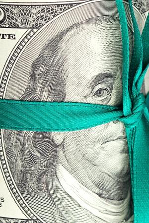 Dollar rollte in ein Rohr mit Band gebunden Standard-Bild - 11932771