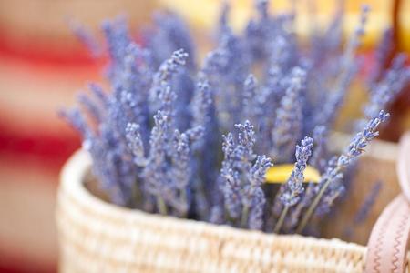mimbre: flores secas de lavanda en la cesta de la feria