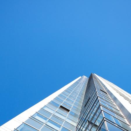 rascacielos: Hermoso edificio de oficinas moderno contra el cielo azul