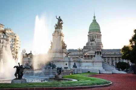 bandera argentina: Edificio del Congreso y de la fuente en Buenos Aires, Argentina