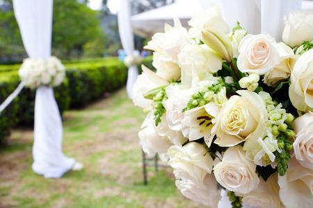 Hochzeitszelt mit Sträuße von Rosen Standard-Bild