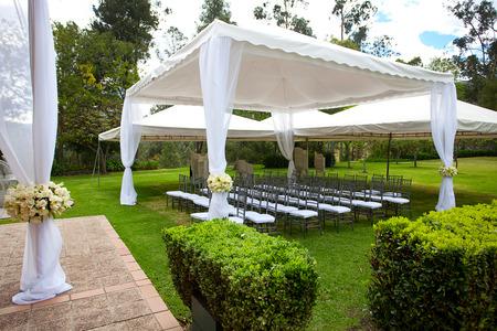 bruiloft tent met boeketten van rozen Stockfoto