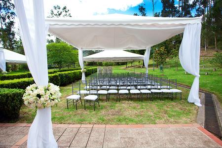 Hochzeitsfestzelt mit Rosensträußen Standard-Bild - 30323723