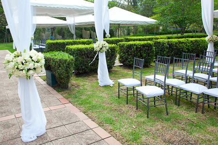 장미 꽃다발과 결혼 연회실