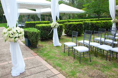 carpa de la boda con ramos de rosas