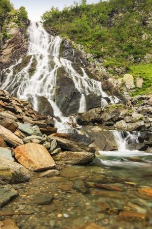 source d eau: Les célèbres cascades de Balea dans les montagnes, les montagnes de Fagaras, les Carpates, la Transylvanie, en Roumanie