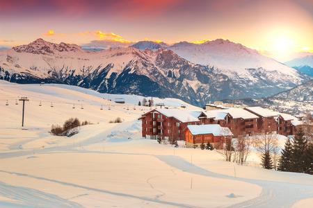 Majestic winter zonsopgang landschap en skioord in de Franse Alpen, La Toussuire, Frankrijk, Europa Stockfoto
