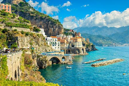 Piękne zatoki i słynny kurort Amalfi, w regionie Kampania, Włochy, Europa
