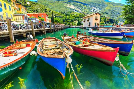 jezior: Letni krajobraz i drewniane łodzie, Jezioro Garda, miasto Torbole, Włochy, Europa Zdjęcie Seryjne