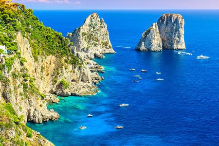 는 Faraglioni 파노라마, 그리고 장엄한 티레 니아 해, 카프리 섬, 캄파니아, 이탈리아, 유럽 절벽 스톡 콘텐츠