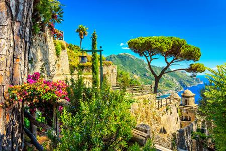 Romantische decoratie bloemen en siertuin, Villa Rufolo, Ravello, Amalfi kust, Italië, Europa