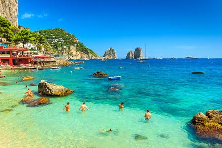 Faraglioni e splendida spiaggia di isola di Capri, Italia, Europa