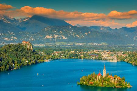Lake Bled met St Marys kerk op het kleine eiland, Bled, Slovenië, Europa