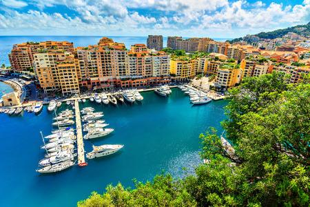Kostbare appartementen en de haven met luxe jachten in de baai, Monte Carlo, Monaco, Europa Stockfoto