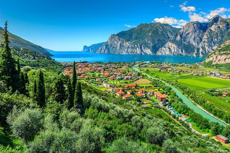 Jezioro Garda i Sarca rzeka w pobliżu miasta Torbole, w północnych Włoszech, w Europie