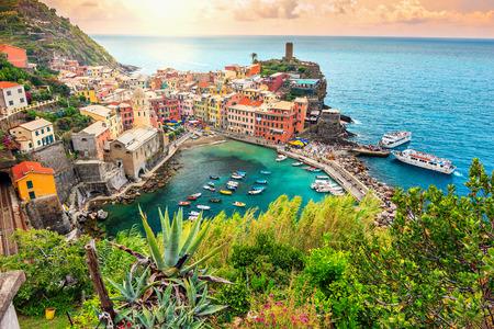 Panorama Vernazza i zawieszono ogród, Park Narodowy Cinque Terre, Liguria, Włochy, Europa