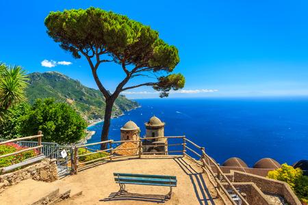 ベンチと素晴らしいパノラマ、ヴィラ ルーフォロ、ラヴェッロ、リラクゼーションに最適な場所を見事なアマルフィ海岸、イタリア、ヨーロッパ