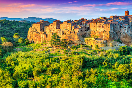 paisaje mediterraneo: Ciudad medieval de Pitigliano en el acantilado al atardecer, Toscana, Italia, Europa