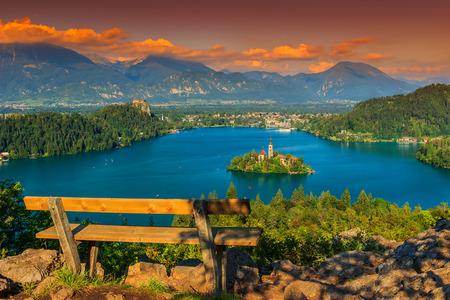 Lago Bled con la iglesia St Marys en la pequeña isla y la impresionante puesta de sol, Bled, Eslovenia, Europa Foto de archivo