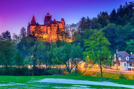 castillo medieval: El famoso castillo de Bran con unas luces en la noche, Transilvania, Rumanía Editorial