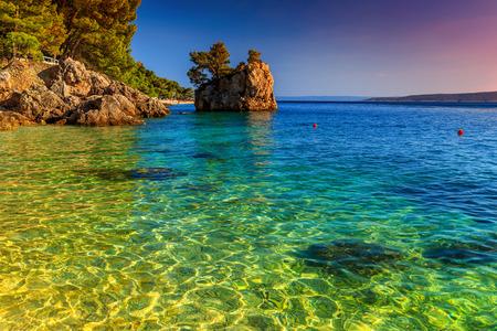 landschap: Adriatische kust van Brela, met prachtige zonsondergang, Makarska Riviera, Dalmatië, Kroatië, Europa Stockfoto