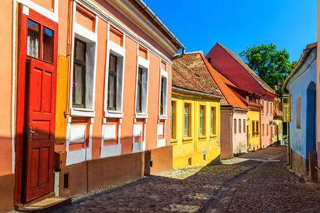 empedrado: Piedra paviment� calles antiguas con casas de colores en Sighisoara