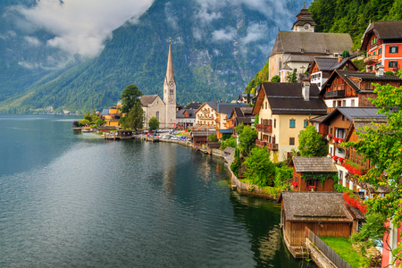 흐린 날에 장엄한 호수와 아름다운 고산 마을, 할슈타트, 잘츠 카머 구트, 오스트리아, 유럽 스톡 콘텐츠