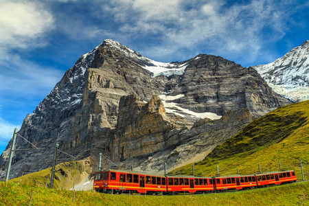 Słynny pociąg elektryczny czerwony turystyczny schodzili ze stacji Jungfraujoch (top of Europe) w Kleine Scheidegg, Oberland Berneński, Szwajcaria, Europa