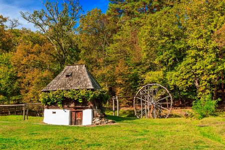 molino de agua: Casa de la vendimia y el antiguo molino de agua de madera, Astra museo del pueblo, Sibiu, Transilvania, Rumania, Europa Foto de archivo