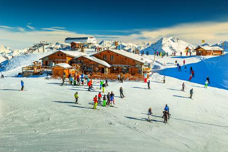 프랑스 알프스에서 나무 샬레와 스키 슬로프, 레 3 VALLEES, 므 뉘르, 프랑스, 유럽 스톡 콘텐츠