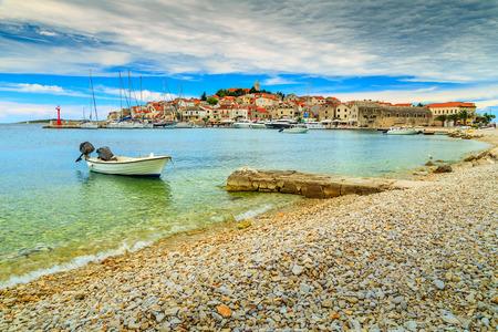 Dalmatische stad met haven en motorboot, Primosten, Kroatië, Europa Stockfoto