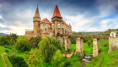 Prachtige panorama van het kasteel Corvin met houten brug en kleine watervallen, Hunedoara, Transsylvanië, Roemenië, Europa Stockfoto - 47325127