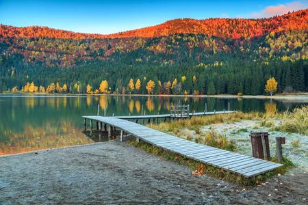 pescando: Paisaje del bosque del oto�o y hermoso lago volc�nico famoso con coloridos amanecer, Transilvania, Santa Ana Lago, Rumania, Europa