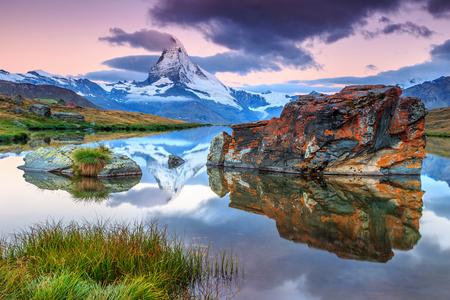 Prachtig panorama met Matterhorn in de ochtend en een prachtig bergmeer, Stellisee, regio Wallis, Zwitserland, Europa