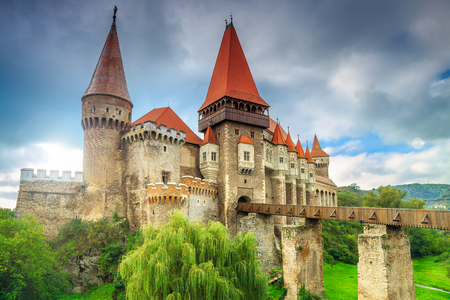 castillo medieval: Hermoso panorama del castillo de Corvin con puente de madera, Hunedoara, Transilvania, Rumania, Europa