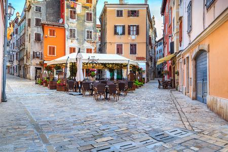 Spektakuläre Stein gepflasterte Straße mit bunten Häusern und typischen Straße Café-Bar, Rovinj Altstadt, in der Region Istrien, Kroatien, Europa
