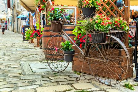 Pierre pavée vieille rue avec un café-bar et vieux vélo à Rovinj ville médiévale, Croatie, région Istrie, Europe Banque d'images - 60007654