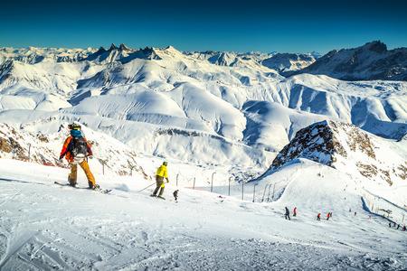 Spectaculaire skigebied met skiërs in de hoge bergen, Frankrijk, Europa