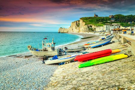 Incroyable côte normandienne, pierres de galets blancs avec coucher de soleil magique et bateaux colorés, Etretat, Normandie, France, Europe Banque d'images - 72957416