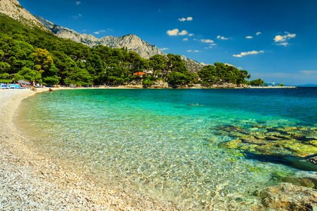 Fantastic beautiful summer holiday place with Adriatic Sea, Biokovo mountains and wonderful bay, Brela beach, Makarska, Dalmatia, Croatia, Europe Standard-Bild