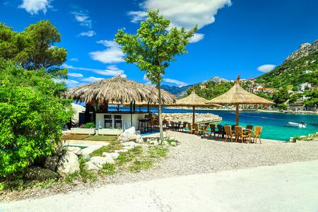 Increíble bar de playa al aire libre mediterráneo con playa de lujo, Brela, Makarska riviera, Dalmacia, Croacia, Europa Foto de archivo