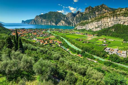 Splendido paesaggio con il lago di Garda e il fiume Sarca vicino a Torbole, Italia settentrionale, Europa