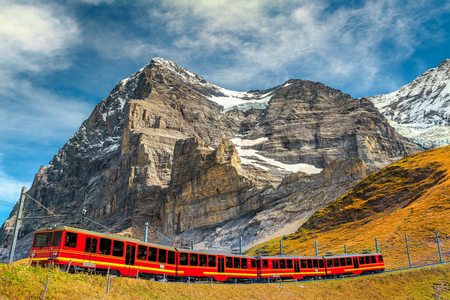 유명한 익스프레스 전기 빨간 관광 열차 Jungfraujoch 역 (유럽의 상단)에서 Kleine Scheidegg 관광 역, Bernese Oberland, 스위스, 유럽에서 내려오고 스톡 콘텐츠