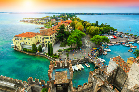 Splendida vista sul vecchio ponte e sul porto di Sirmione, dal castello Scaligero con il lago di Garda in background, regione Lombardia, Italia, Europa