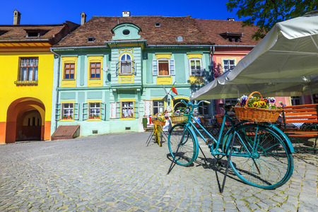 Amazing travel and recreation place, street cafe bar with ornamented bycicles, Sighisoara, Transylvania, Romania Banque d'images - 114809478